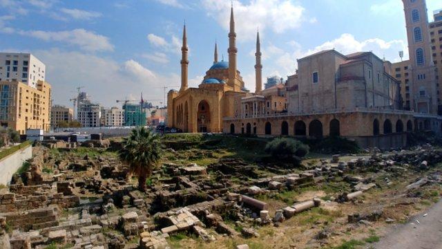 Quante Beirut in un'immagine. La Moschea di Mohammed Al Amin e, accanto, la chiesa Maronita di San Giorgio. Davanti, i resti della città romana (foto di Patrick Colgan, 2019)