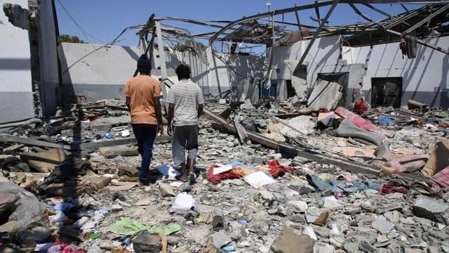 Immagini del centro profughi attaccato in Libiaa a luglio