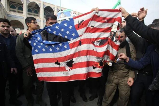 La bandiera americana bruciata a Teheran rappresenta le tensioni nei rapporti tra USA e Iran