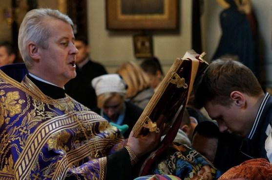 Ks. Mirosław Wiszniewski czyta jedną z siedmiu części Ewangelii