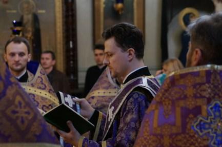 Ks. diakon Aleksy Kucy odmawia ektenię
