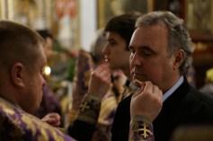 Kantor Andrzej Boublej podczas namaszczania świętym olejem