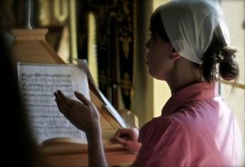 Matuszka puławskiej parafii Małgorzata Szczur dyryguje cerkiewnym chórem
