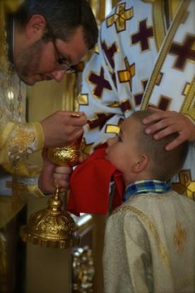 Młodzi wierni prawosławni przystępują do Komunii Świętej