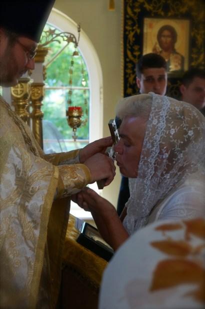 Przykładanie się do krzyża na zakończenie Liturgii