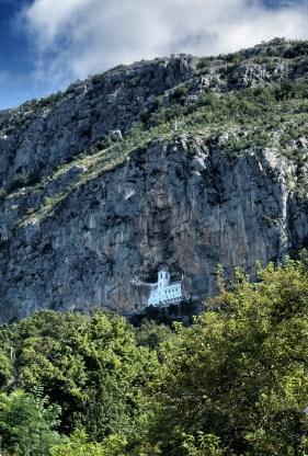 Górny monaster Ostrog jest przyklejony do skały niczym jaskółcze gniazdo
