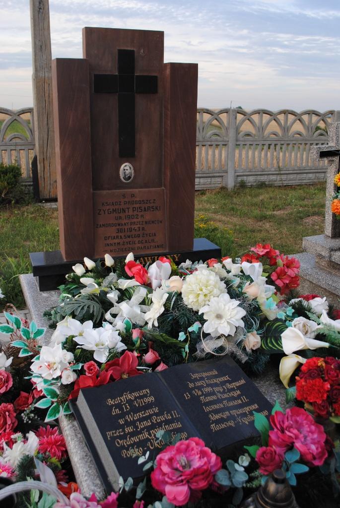 Grób bł. ks. Zygmunta Pisarskiego na cmentarzu rzymskokatolickim