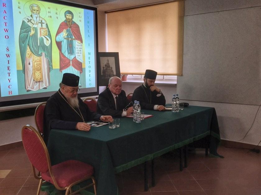 Stół prezydialny na spotkaniu Bractwa CiM
