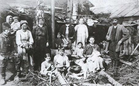 Rodzina bieżeńców oczekuje na powrót w Orszy - 1918 r.