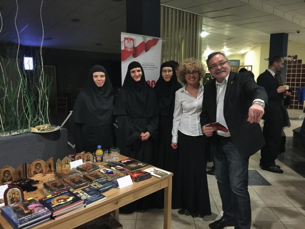 Siostry z Monasteru w Turkowicach z publicznością po koncercie w foyer Centrum Kongresowego