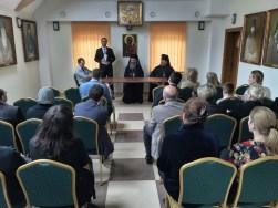 Stół prezydialny w czasie wykładu Arch. Dumitru Cobzaru