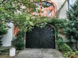 Główna brama wejściowa do monasteru w Kyrdzali
