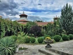 Spokojny dziedziniec monasteru w Kyrdzali