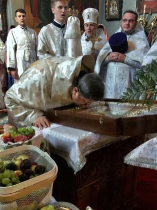 JE Arcybiskup Abel przed ikoną Przemienienia Pańskiego