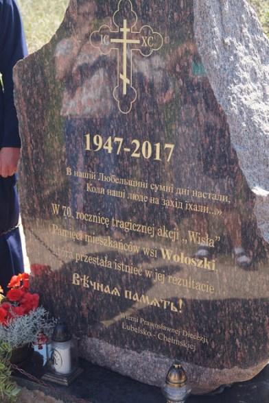 """Pamiątkowy kamień na 70. rocznicę akcji """"Wisła"""" we wsi Wołoszki"""