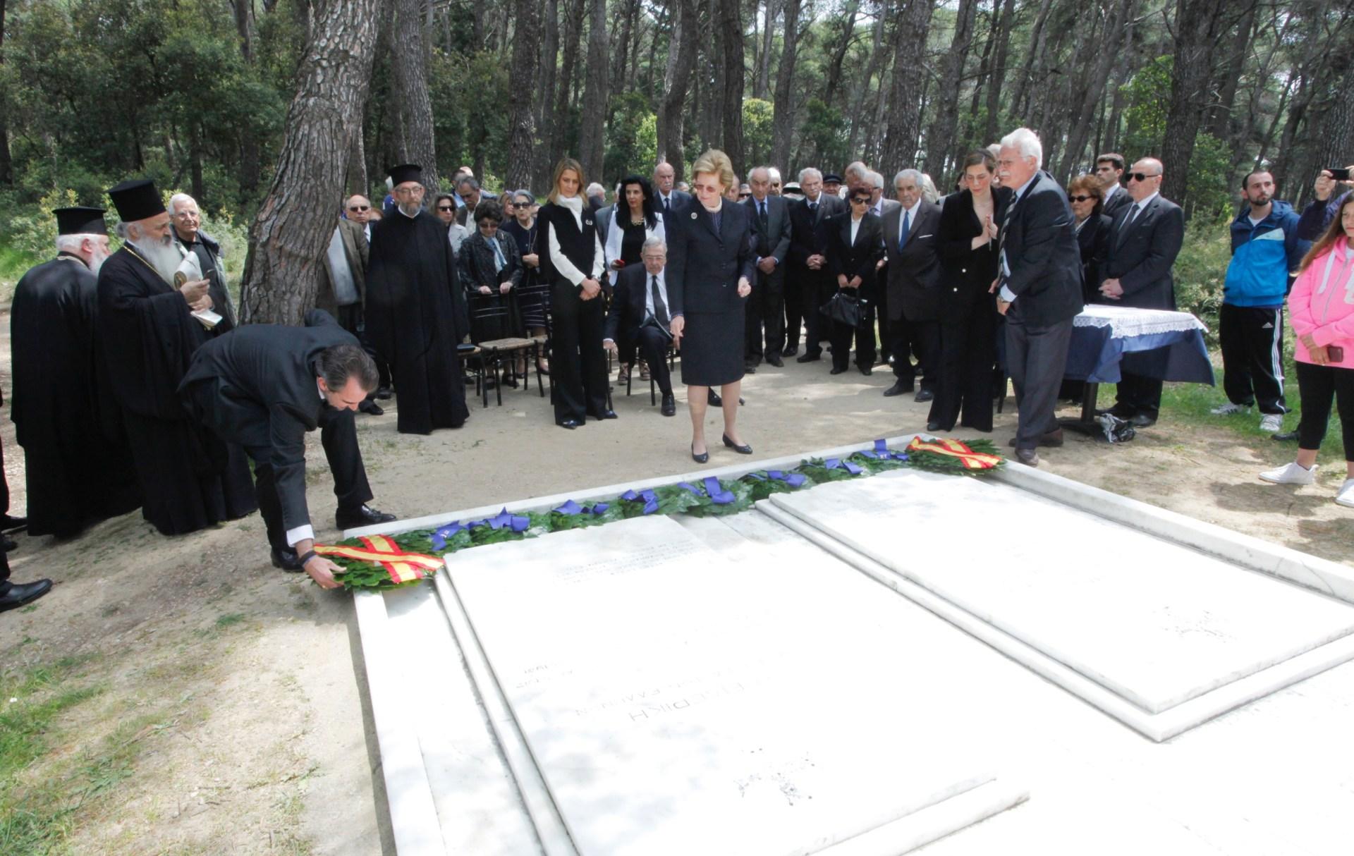 ΦΩΤΟΡΕΠΟΡΤΑΖ: Τρισαγιο στους βασιλικούς τάφους στο Τατόϊ