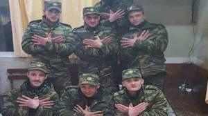 Ελληνικός Στρατός: Αλβανοί σχηματίζουν με τα χέρια τους τον αετό της λεγόμενης «Μεγάλης Αλβανίας»