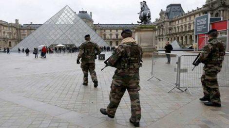 Γαλλία: Επίθεση στο Λούβρο