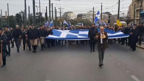 Οι πατριώτες από την Κρήτη ψάλλουν τον εθνικό ύμνο στο μνημείο του Άγνωστου Στρατιώτη. Τώρα