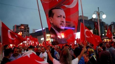 Τουρκικός όχλος έξω από την ελληνική πρεσβεία στην Άγκυρα απειλεί: «Θα σας ρίξουμε ξανά στη θάλασσα»! (βίντεο)