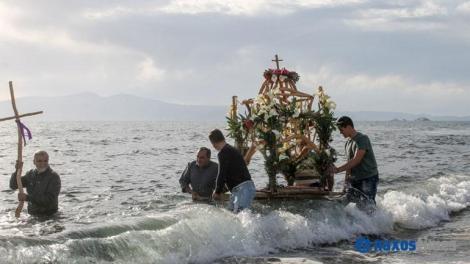 Η περιφορά του Επιταφίου μέσα στη θάλασσα στο Καστράκι Νάξου