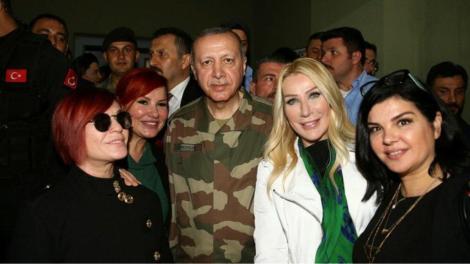 Συρία: Σόου Ερντογάν με στολή παραλλαγής και διασημότητες