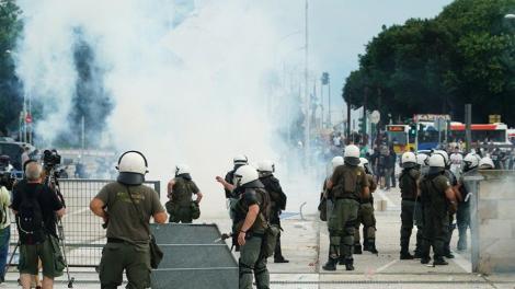 Θεσσαλονίκη: Επίθεση κατά βουλευτή του ΣΥΡΙΖΑ για την Μακεδονία- Συγκρούσεις με τα ΜΑΤ και χημικά