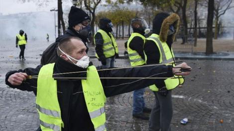 Γαλλία - Κίτρινα γιλέκα: Σχεδόν 2.000 - Συνδικαλιστές και εργοδότες θα συναντηθούν αύριο με τον Μακρόν
