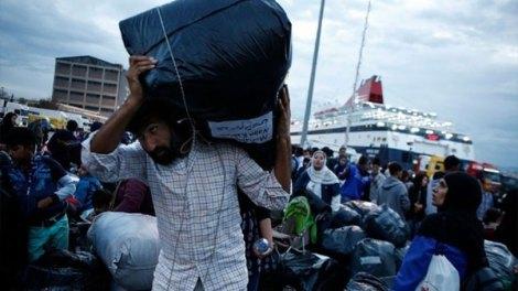 Ελλάδα | Στον Πειραιά κατέπλευσε το «Νήσος Σάμος» με 57 μετανάστες