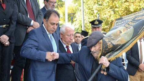Ελλάδα | Ο 97χρονος Αντώνης Αλεξανδρής, ο τελευταίος ήρωας της Λέσβου, στην παρέλαση για την 28η Οκτωβρίου