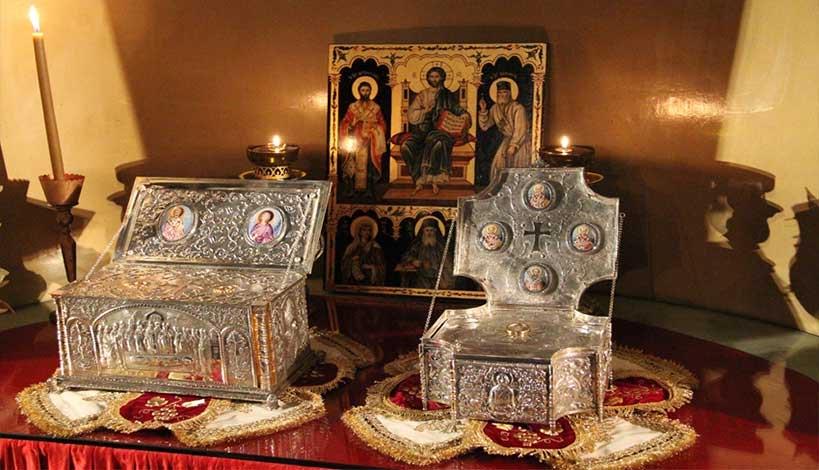 Τα Ιερά Λείψανα άρχιζαν να ευωδιάζουν τόσο έντονα και γλυκά, που δε χόρταινες να εισπνέεις