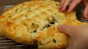 Εύκολο σκορδόψωμο με τυρί και απίθανη ζύμη!