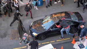ΗΠΑ: Οδηγός έριξε αυτοκίνητο σε πλήθος διαδηλωτών και πυροβόλησε