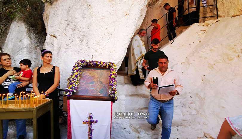 Η Γέννηση της Υπεραγίας Θεοτόκου στο εκκλησάκι της Παναγίας των βράχων