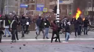 Ολλανδία: Διαδηλώσεις κατά του lockdown με καταστροφές στο Αϊντχόβεν. Σύμφωνα με την αστυνομία, δεκάδες άνθρωποι συνελήφθησαν κατά τη διάρκεια της διαμαρτυρίας.