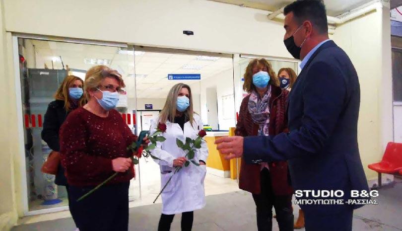 Ναύπλιο: Λουλούδια στις γιατρούς και νοσηλεύτριες