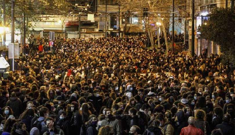 Ποιος βγάζει χιλιάδες κόσμο στο δρόμο;