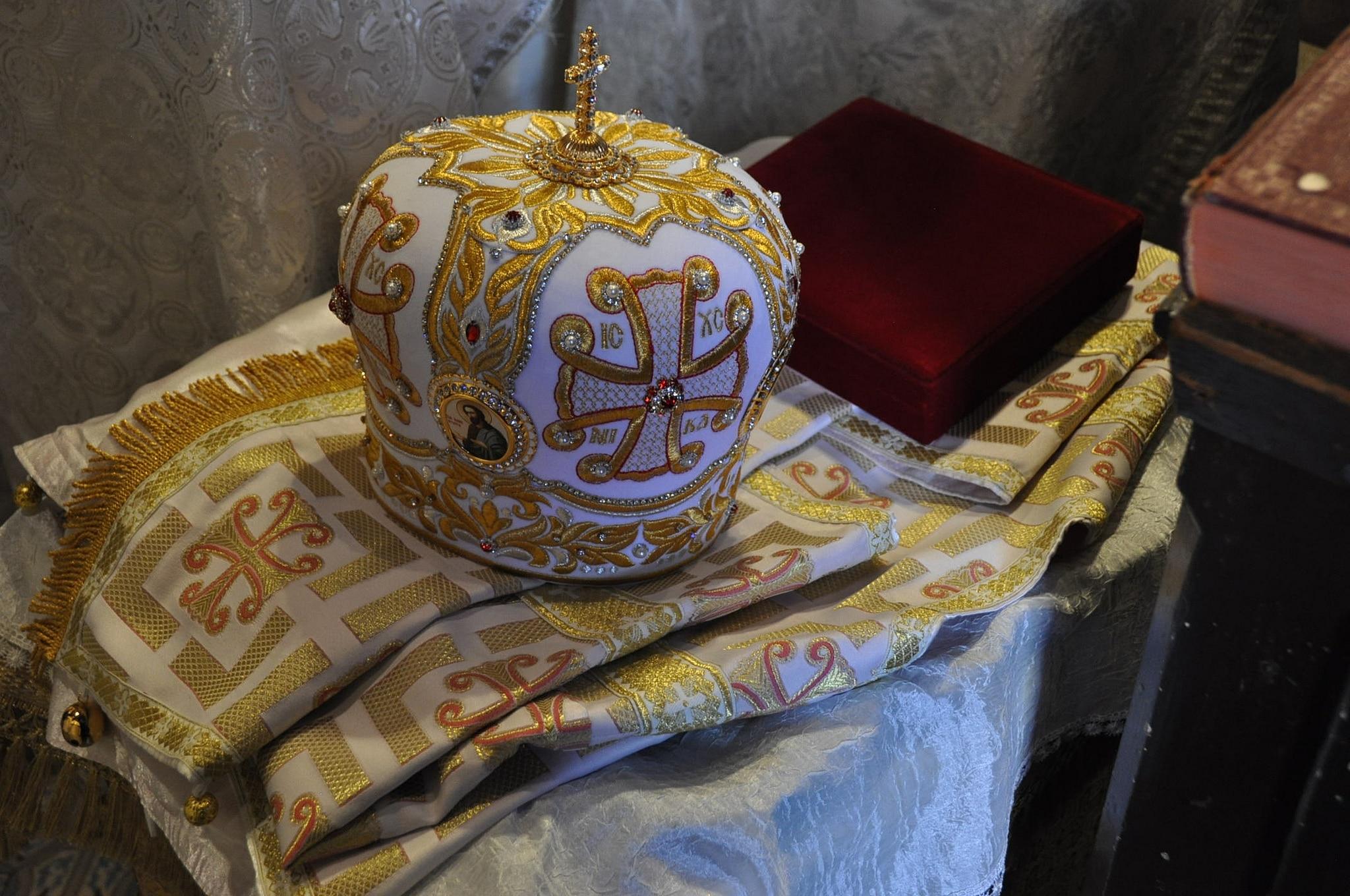 La mitre et les ornements du nouvel évêque (© 2019 Alex Romash).