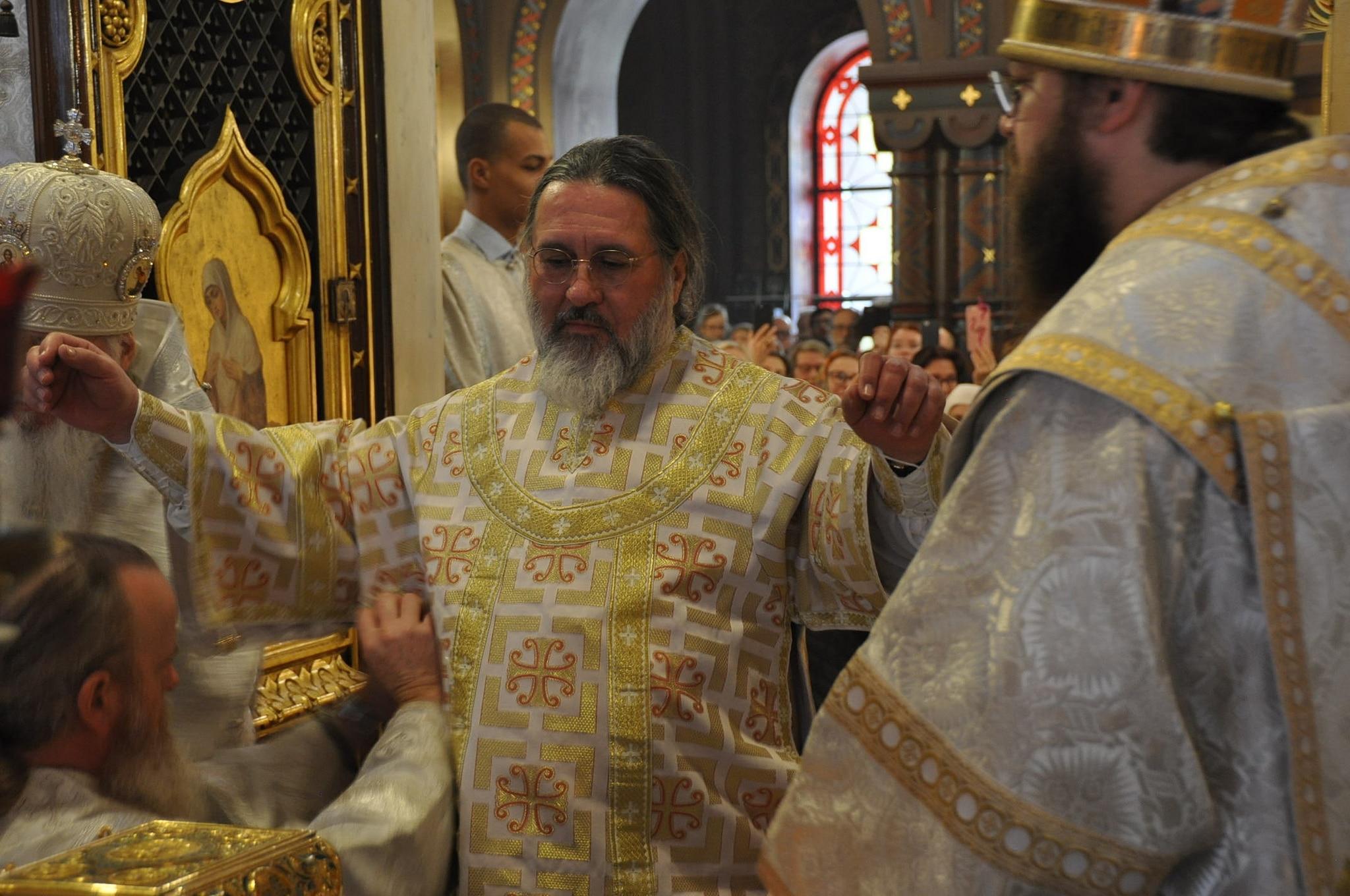 Le nouvel évêque Alexandre est revêtu de ses ornements épiscopaux (© 2019 Alex Romash).