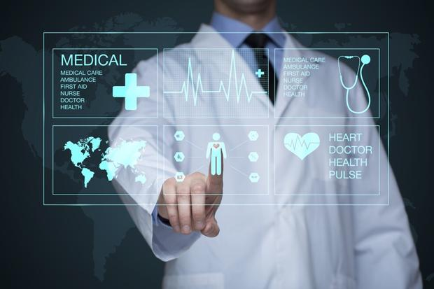 Doctor working on a virtual screen. medical technology concept. pulse