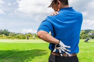 golfer experiencing shoulder pain on the golf course