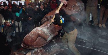 Снос памятника Ленину на Украине