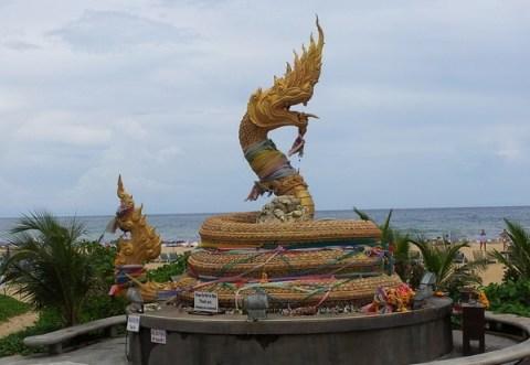 Алтарь со статуей идола морского змея Карона, о.Пхукет, Таиланд