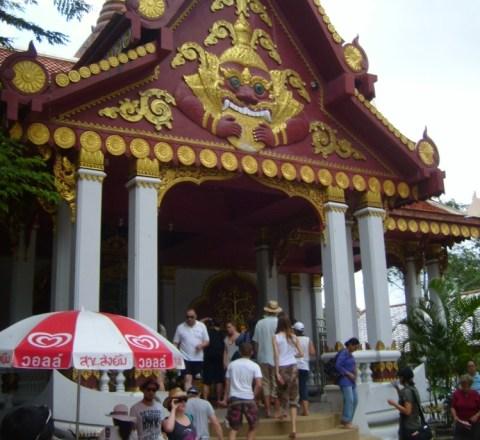 Ужасающее для христианина по своей мистической сути изображение демона с раскрытой пастью над входом в одну из языческих кумирен Таиланда