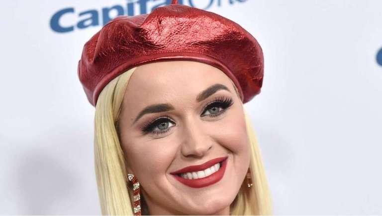 Katy Perry w czerwonym berecie prezentuje swój perfekcyjny uśmiech