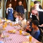 """A demarat Campania filantropică """"Liturghia milosteniei!"""": Biserica a oferit o masă pentru 50 de tineri din familii numeroase la un local din capitală"""