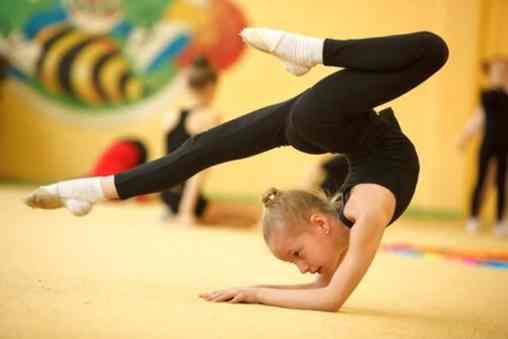 A ginástica olímpica pode forçar bastante a articulação do cotovelo