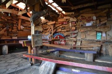 Aufenthaltsraum mit Holzkunstwerken der Gäste