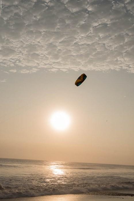 Spielen mit dem Kite - Strand von Huanchaco