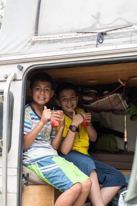Kolumbianische Kinder auf Hausbesuch